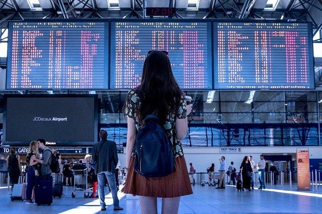 Chica de espaldas en un aeropuerto